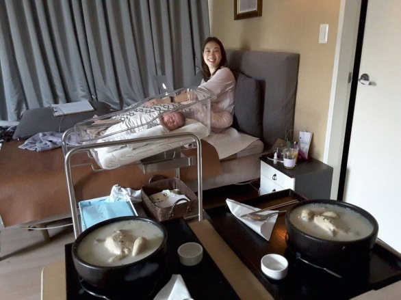 Dr. Chung, or OBGYN, treated us to dinner of samgyetang, or Ginseng Chicken Soup, the night of Luna's birth day. It's full of nurtrients and deliciousness.